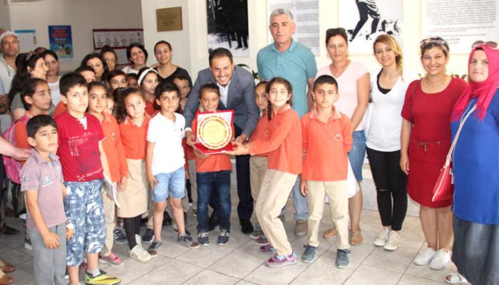 Minik ellerden Murat Çalışkan'a teşekkür plaketi